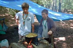 Arthur (Alpins) et Max (Sextan) veillent sur la boname Haricots-patates